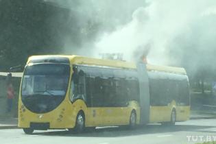 В столице Беларуси во время движения загорелся электрический автобус