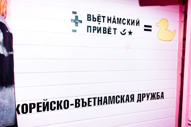 Цветное шампанское, розовые шарики и блестки: Надя Дорофеева открыла шоурум в центре Киева