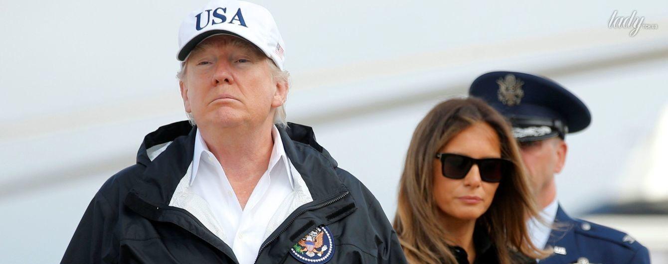 В светлых брюках и балетках Chanel: Мелания Трамп отправилась с мужем в зону бедствия