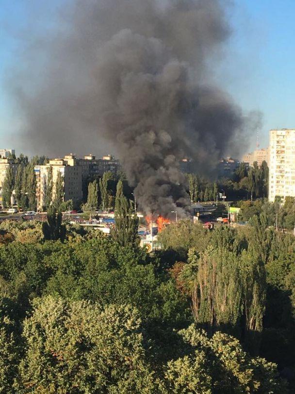Пожежа охопила МАФи у Святошинському районі Києва