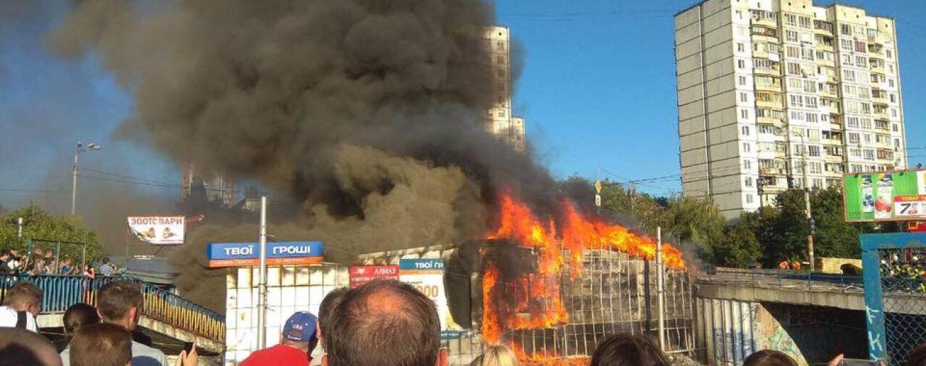 В Киеве в результате мощного пожара на рынке перекрыли движение трамваев