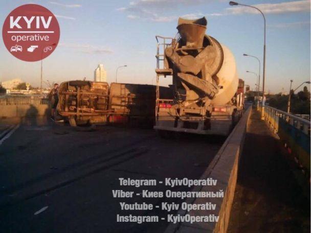 На столичной Петровке столкнулись два грузовика, движение полностью перекрыто