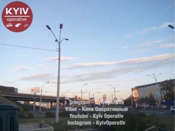 На столичній Петрівці зіткнулися дві вантажівки, рух повністю перекрито