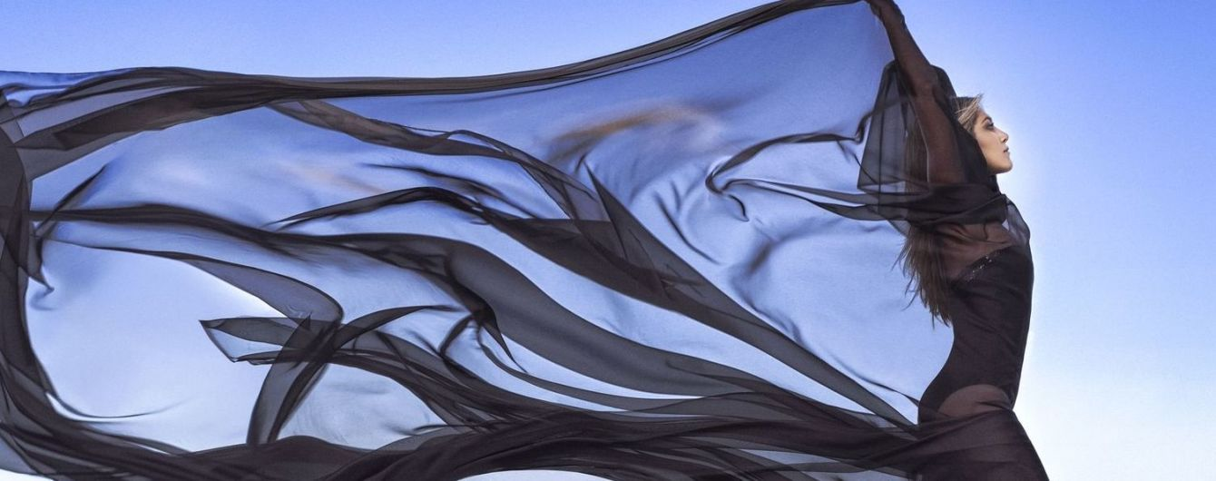 Струнка Еністон у сукнях із декольте позувала для модного глянцю