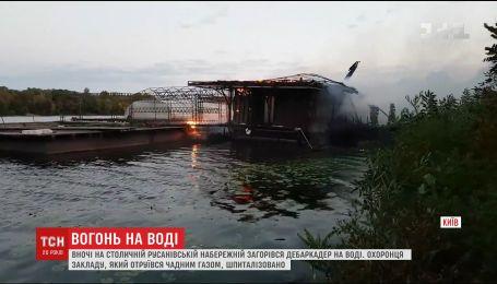 Плавающий ресторан на воде сгорел на Русановской набережной