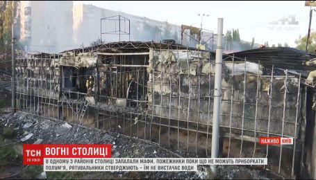 """У Києві сталась пожежа на ринку """"Колібріс"""" на Борщагівці"""