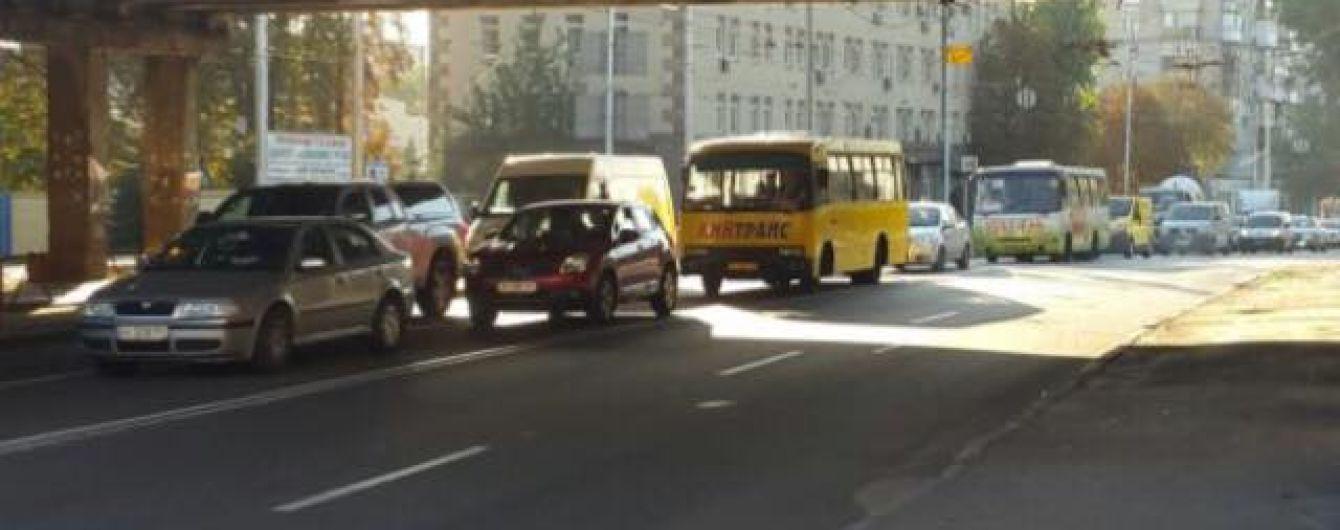 В Киеве из-за прорыва трубы изменили маршруты ряда троллейбусов