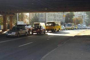 У Києві через прорив труби змінили маршрути низки тролейбусів