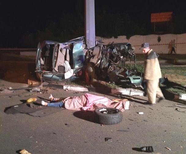 В Харькове Mercedes смяло в лепешку от удара об столб, погибли трое иностранцев