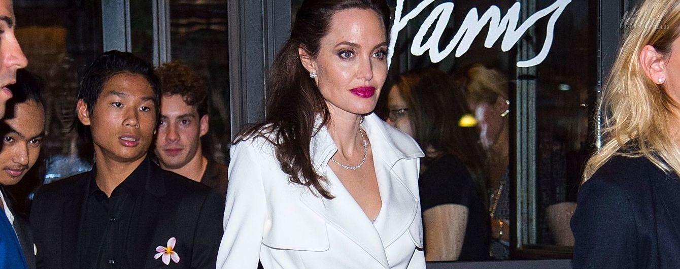 Стильная и с яркой помадой: три эффектных образа Анджелины Джоли