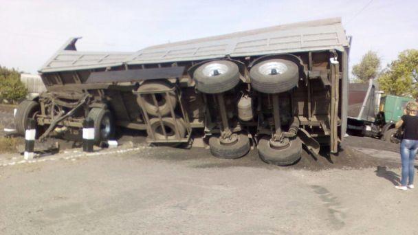 ВХарьковской области фургон столкнулся споездом, есть пострадавшие