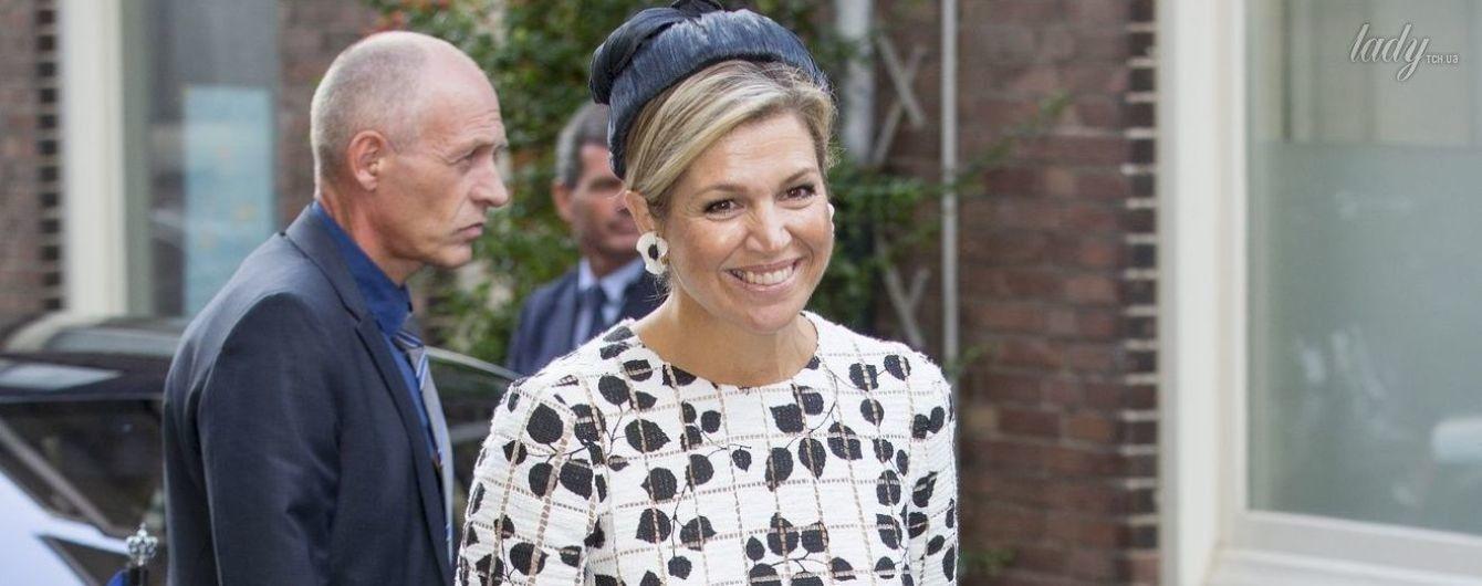 В черно-белом платье и с сумкой Chanel: королева Максима на светском мероприятии