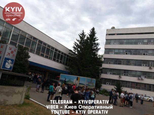 В одному із столичних ВНЗ евакуювали студентів через підозрілу сумку