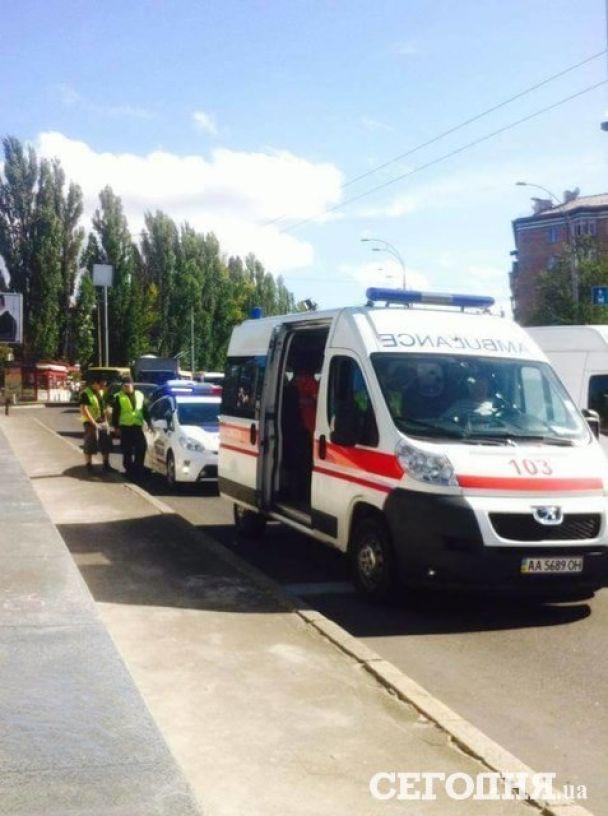 У Києві на легковик після зіткнення з евакуатором впав 100-кілограмовий сейф