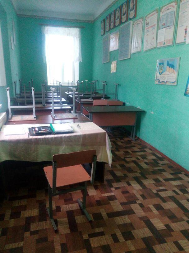 На Тернопільщині батьки бойкотують школу, бо дітей перевели навчатися у будівлю без туалету