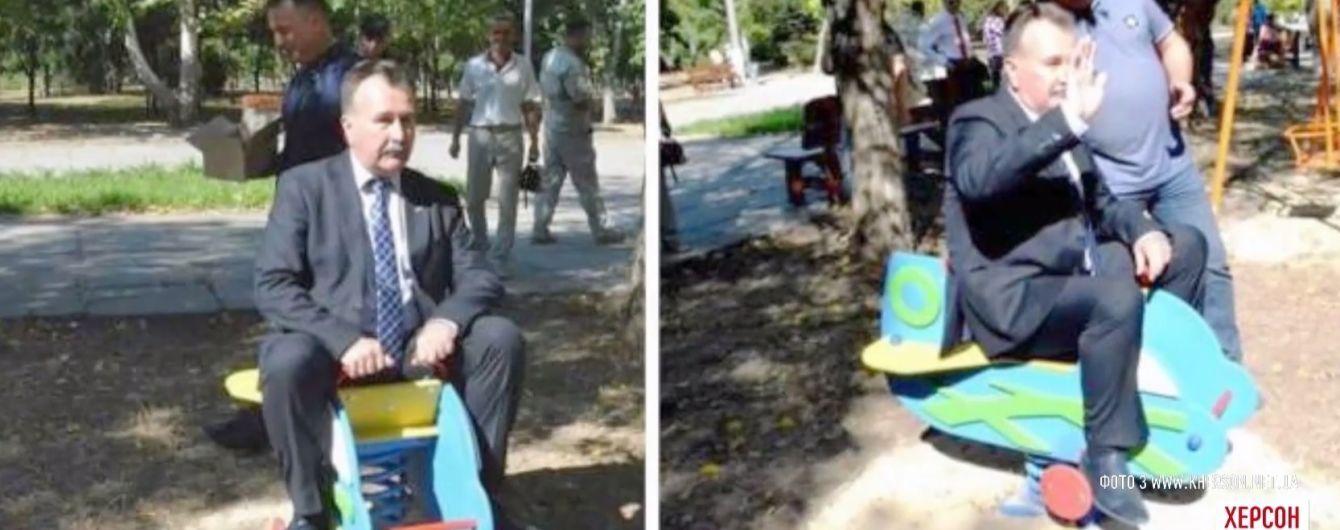 Мэр Херсона на качелях для малышей стал хитом соцсетей