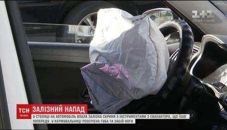 У Києві на авто з евакуатора впала залізний ящик з інструментами, є постраждалі