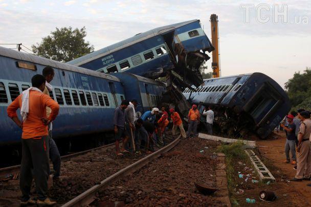 В Индии поезд сошел с рельс