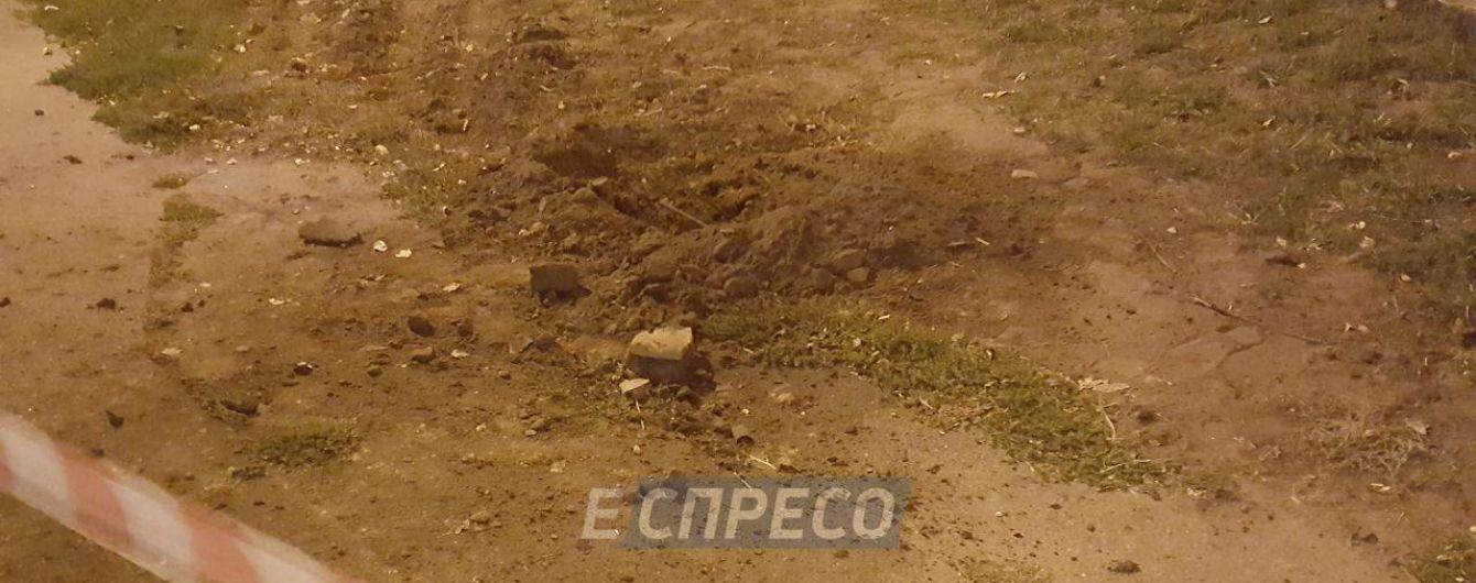 """""""Не взрыв"""". В полиции рассказали, что образовало воронку на одной из улиц Киева"""
