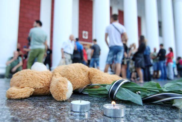 Взрыв, драки и шины. В Одессе пикетируют мэрию из-за смерти троих детей в лагере