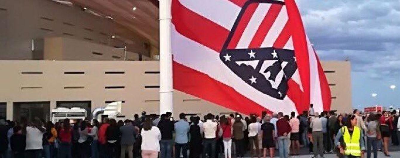 """""""Атлетико"""" сшил огромный клубный флаг и поднял его эмблемой вверх тормашками"""