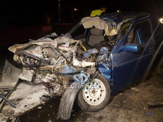 В Киеве легковушка на большой скорости врезалась в грузовик: есть пострадавшие