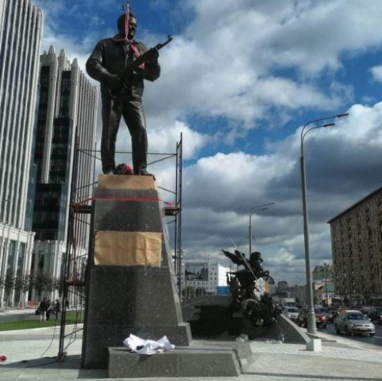 В Москве поставили памятник оружейнику Калашникову