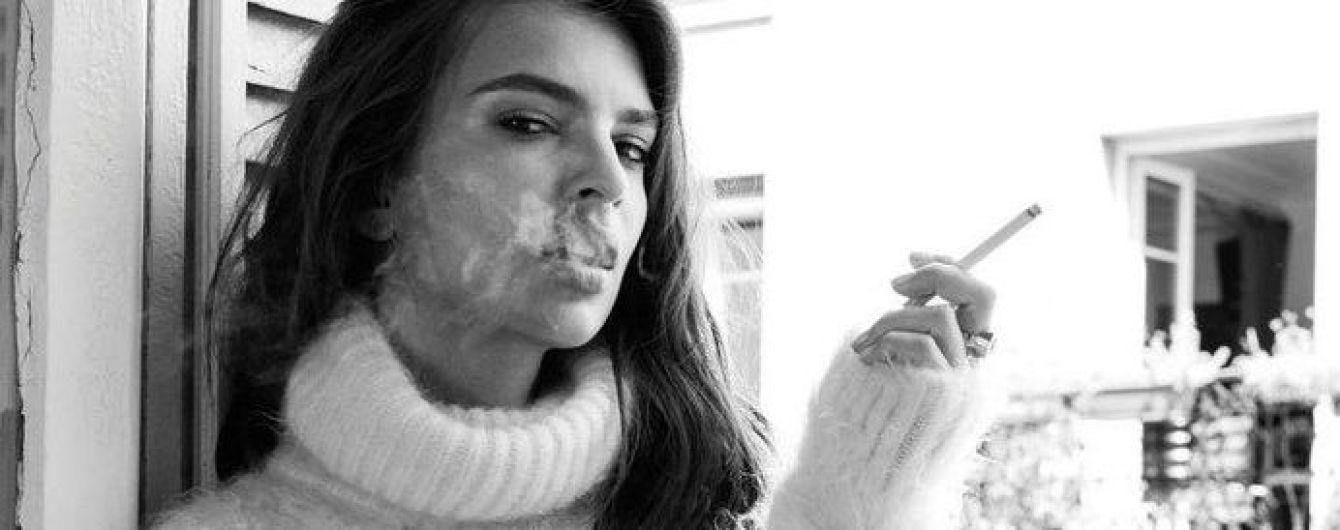 В лаковой мини-юбке и с сигаретой: Эмили Ратажковски в образе стильной француженки
