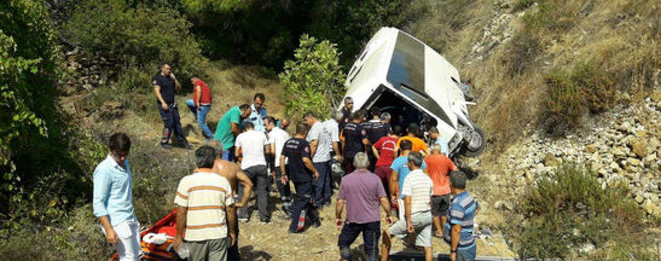 У Туреччині автобус з туристами зірвався зі скелі: ЗМІ повідомляють про загиблих і поранених