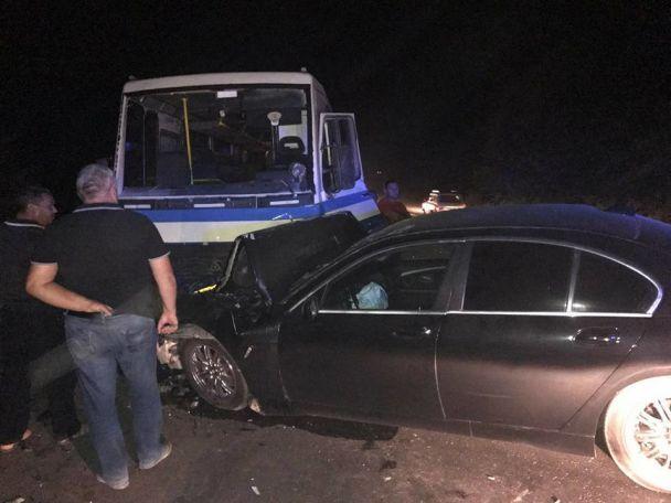 На трасі під Одесою п'яний водій на BMW в'їхав у маршрутку з пасажирами