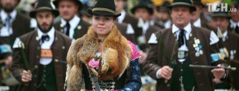 Хутряні коміри з лисиць та шкіряні штани: на Октоберфесті пройшов костюмований парад