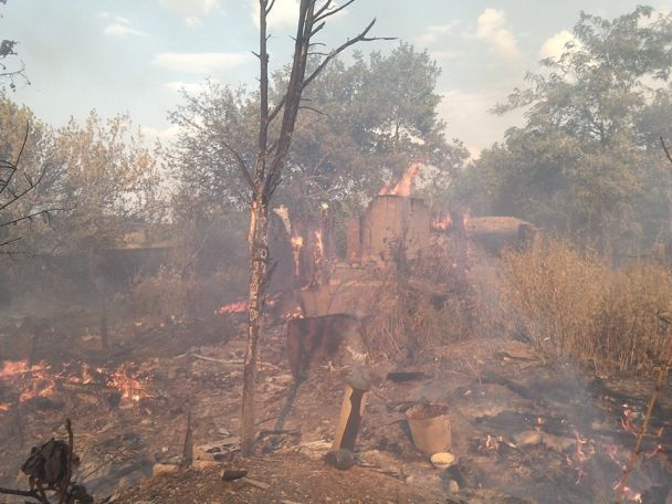 В Зайцево в результате обстрела боевиков полностью сгорели несколько домов мирных жителей