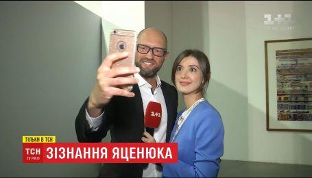 Признание экс-премьера: Яценюк экономит на бритве и пьет на вечер только воду