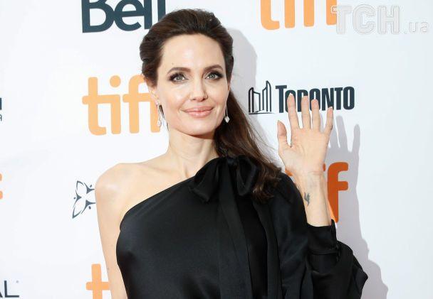 Усміхнена Анджеліна Джолі в ефектній чорній сукні з'явилася у Торонто