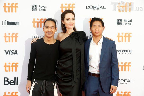 Улыбающаяся Анджелина Джоли в эффектном черном платье появилась в Торонто