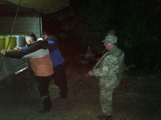 На Луганщині із стріляниною затримали українців, які нишком везли до Росії 4 тонни меду