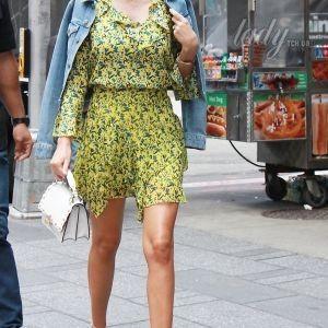 Миранда Керр в ярком мини прогулялась по Нью-Йорку