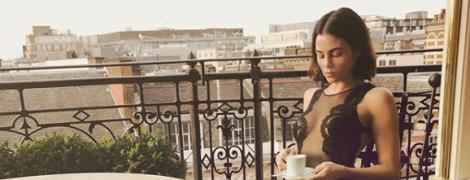 В прозрачном боди и на шпильках: сексуальная Дженна Дьюэнн Татум пьет чай на балконе