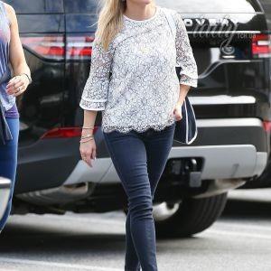 Риз Уизерспун в джинсах и на шпильках отправилась за покупками