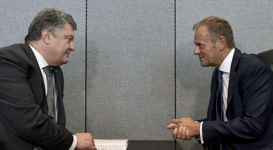 Порошенко і Туск обговорили ситуацію на Донбасі, де-окупацію Криму і миротворців