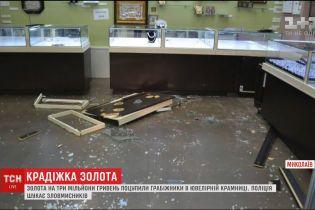 Зловмисники пограбували два ювелірні магазини в одному з ТЦ Миколаєва, поки охоронці спали