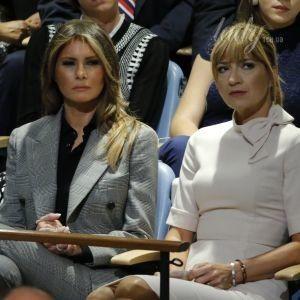 Серьезная и в строгом костюме: Мелания Трамп на выступлении мужа