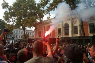 Під міськрадою Одеси сталися сутички між силовиками та мітингувальниками