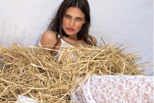В кружевном платье на сеновале: Бьянка Балти приняла участие в фэшн-съемке
