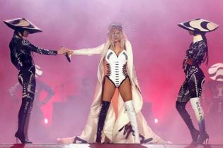 В ботфортах разного цвета и кожаном корсете: Ферги выступила на фестивале в Бразилии