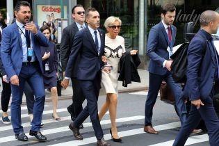 Брижит Макрон в мини-платье прогулялась под руку с неизвестным мужчиной по Нью-Йорку
