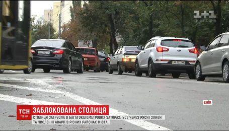 Сильний дощ у Києві спричинив масштабні затори у місті