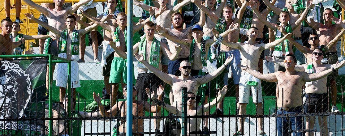 """Снимайте свои футболки, это наши цвета - фанаты """"Карпат"""" вышли к игрокам на откровенный разговор"""