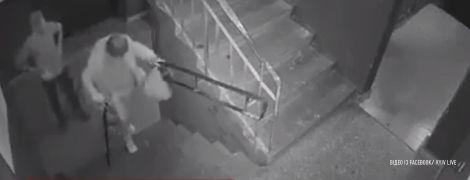 Интернет возмутило видео ограбления молодым человеком старенькой киевлянки