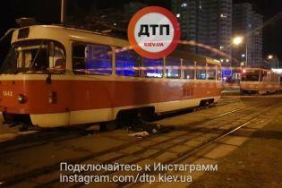 Моторошна ДТП у Києві: трамвай переїхав жінку з дитиною